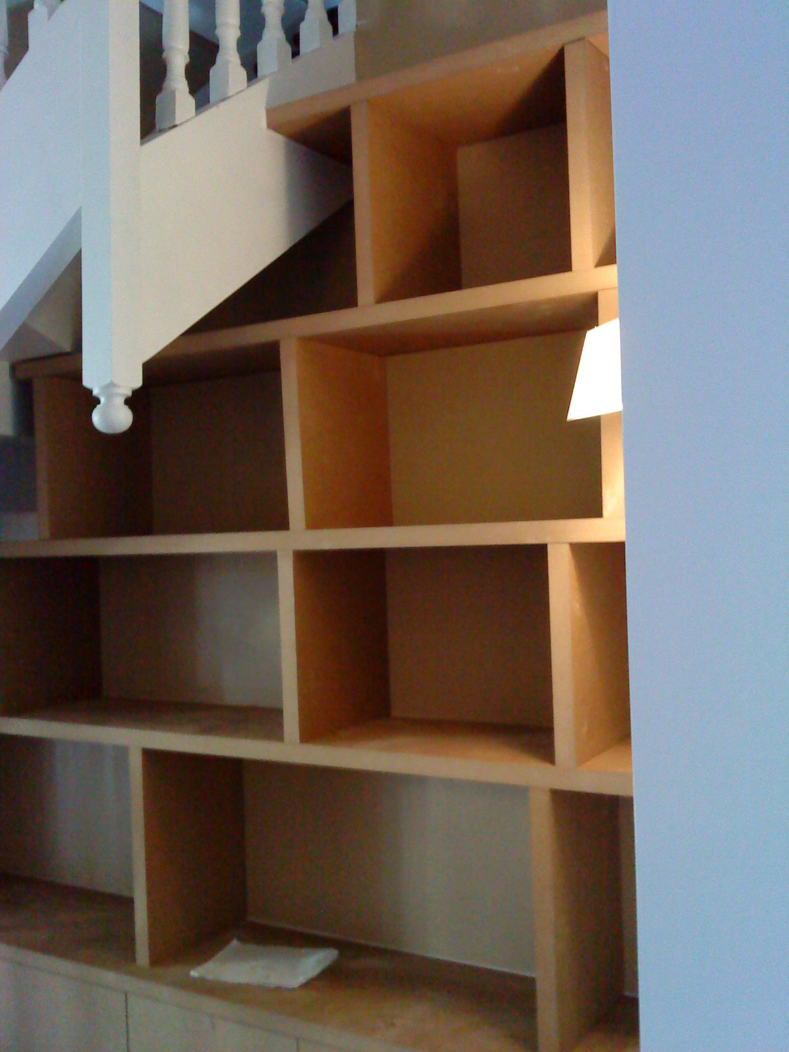 bibliotheque sous escalier bois. Black Bedroom Furniture Sets. Home Design Ideas