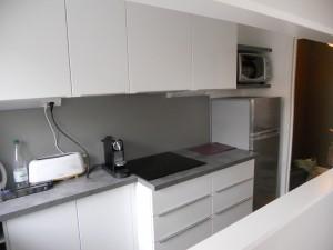 petite cuisine avec plan de travail original brodie agencement. Black Bedroom Furniture Sets. Home Design Ideas