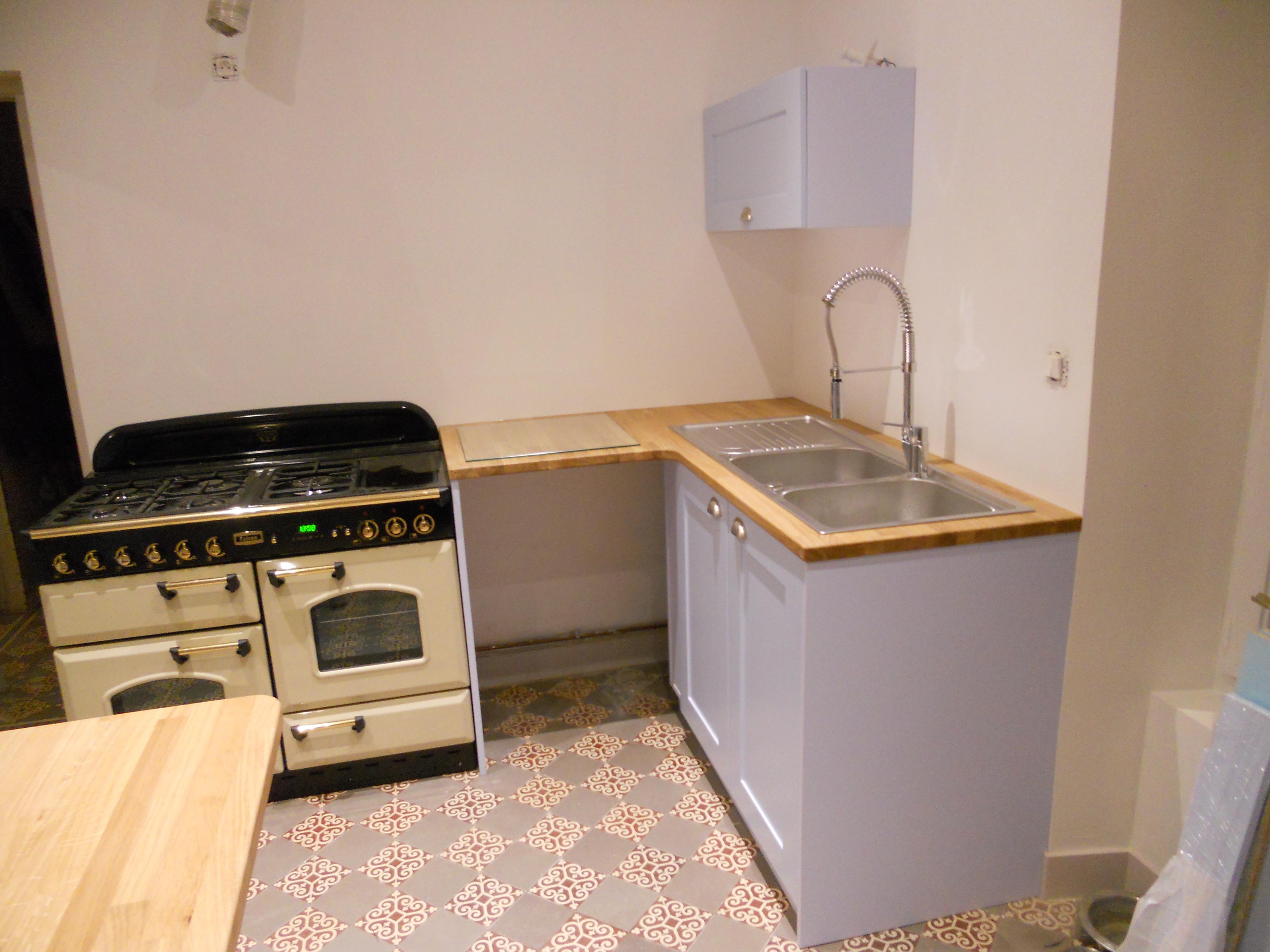 Cuisine avec plan de travail en ch ne massif avec fa ades for Facade de meuble de cuisine en chene