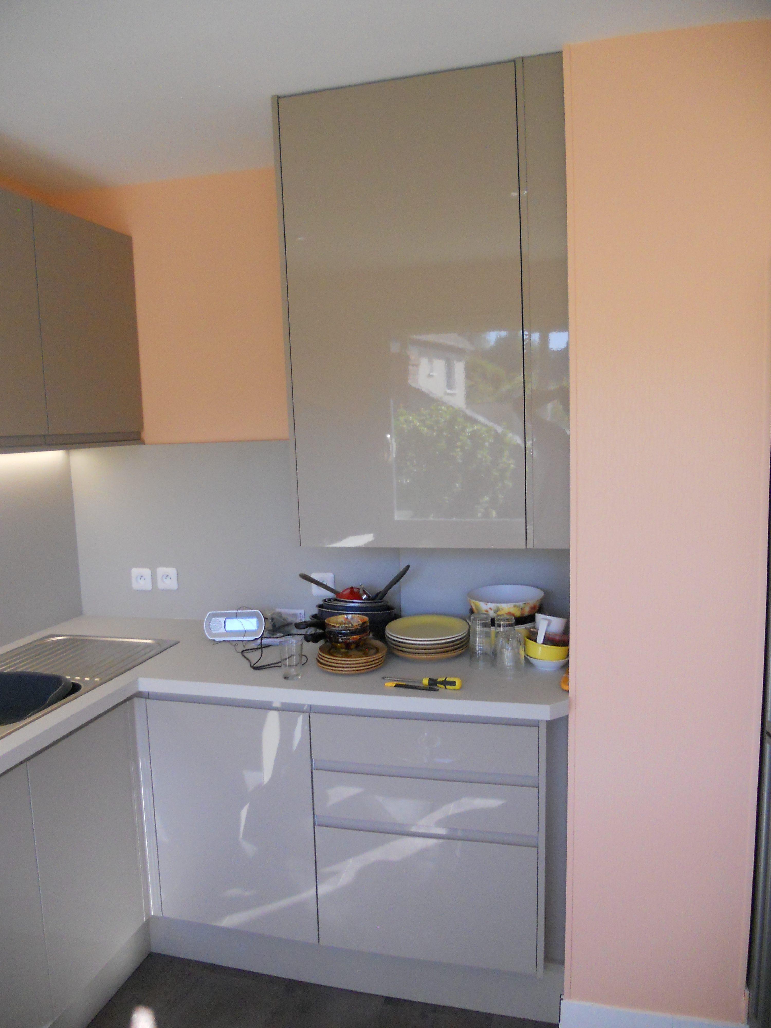 cuisine brillante et plan de travail stratifi brodie agencement. Black Bedroom Furniture Sets. Home Design Ideas