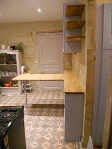 Cuisine avec plan de travail en bois massif avec des portes laqué